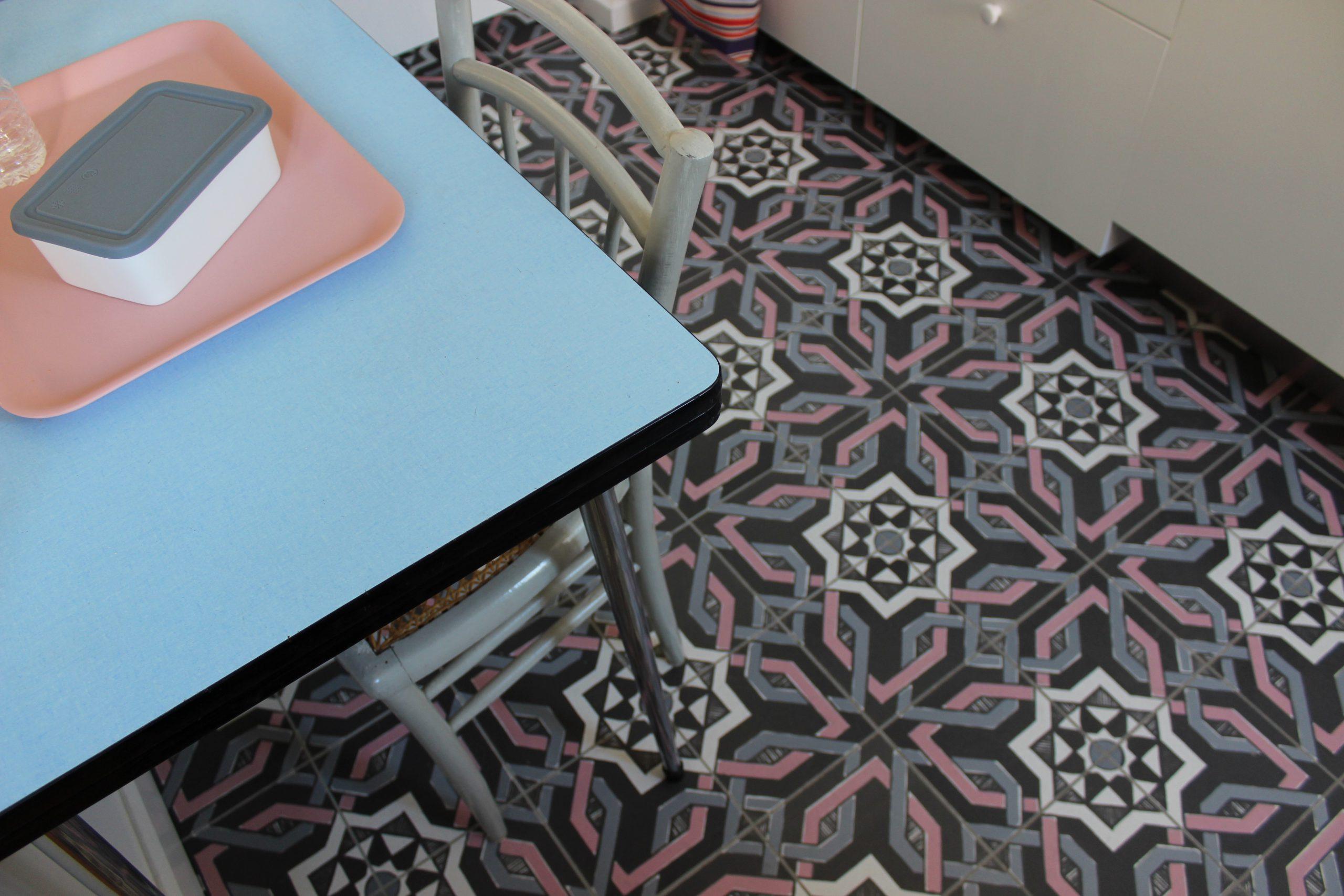 table avec carreaux ciment